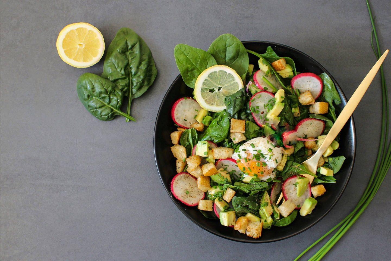 Bowl mit Spinat und Kräuter Rustikana
