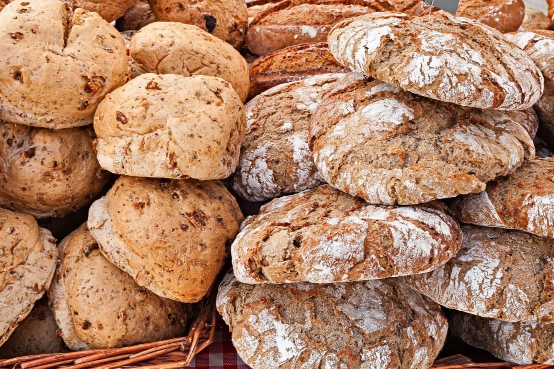 aufeinander liegende Brotlaibe