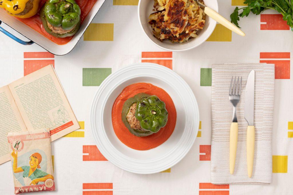 Фаршированные болгарские перцы, приправленные майораном и томатным соусом.