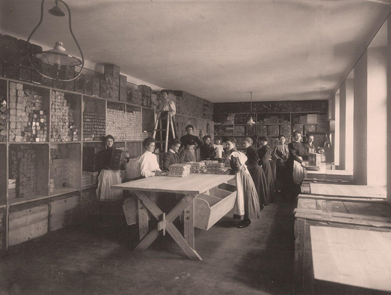 Черно-белая фотография: работники, упаковывающие молотую паприку Kotányi, 1881год