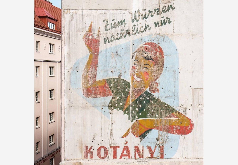 Фасад здания в Вене с рекламой Kotányi.