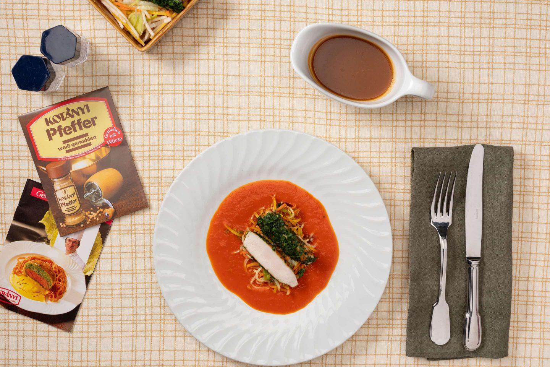 Корейка кролика со сливочным соусом с паприкой и овощами, рядом лежит упаковка белого перца.